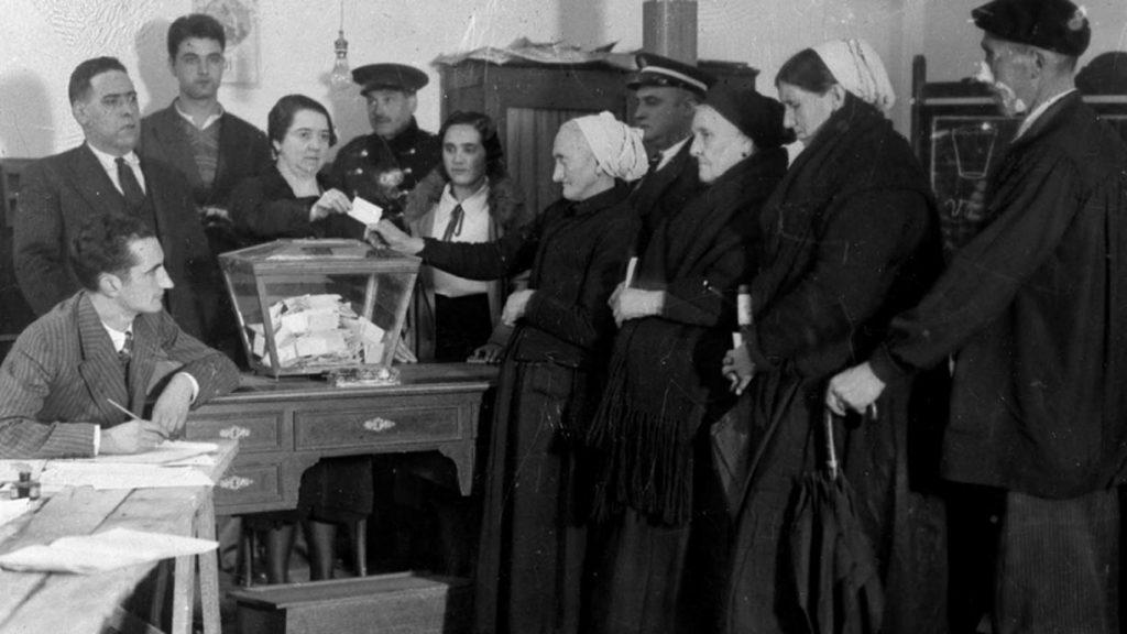 mujeres españolas votando sufragio femenino español 1933